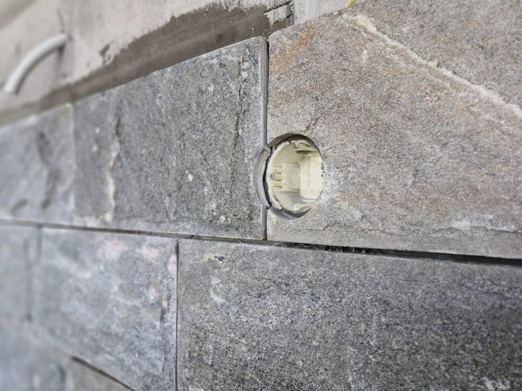Sähkörasian reikä kiviseinässä