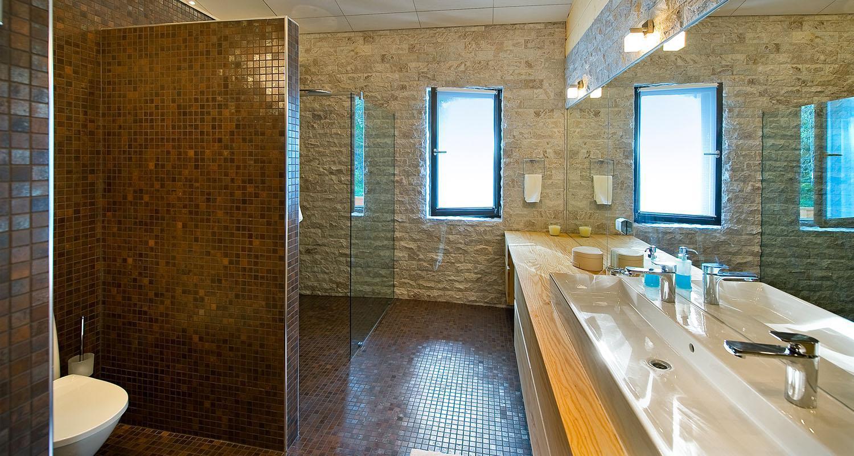 White Ice 200 x 100 mm verhoilukivi kylpyhuoneen seinässä