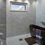 Verhoilukivi White Italia kylpyhuoneessa